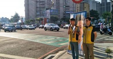 20210114-羅岳峰(左起)參選議員時,當時還是綠黨候選人的王浩宇曾一同在街頭短講。(取自羅岳峰臉書)