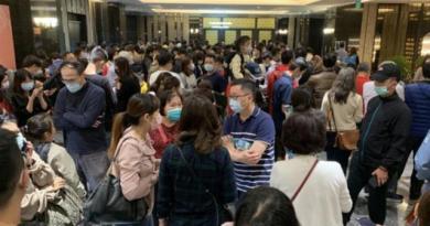 台南高鐵預售建案「明日讚」前天在歸仁區飯店內抽籤,網路上流傳著千人搶房的照片。圖...
