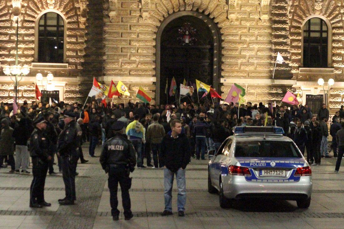 200 bis 300 Demonstranten versammelten sich vor dem Hamburger Rathaus.
