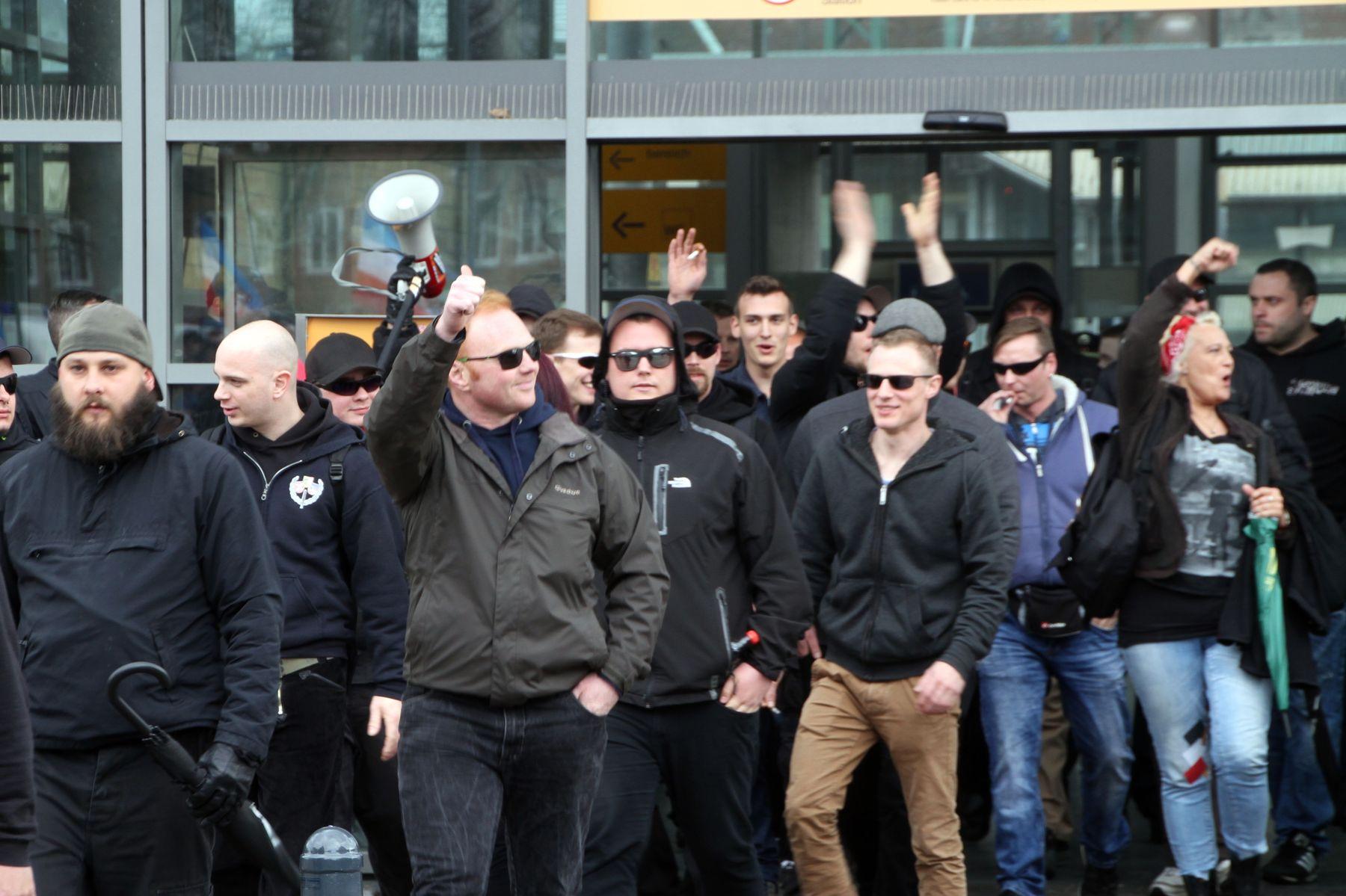 Andreas Theißen und weitere Neonazis aus Mecklenburg-Vorpommern sind in Bad Oldesloe angekommen.