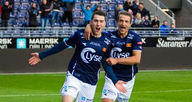 Zymer Bytyqi (à gauche) célébrant un but avec Veton Berisha (à droite)