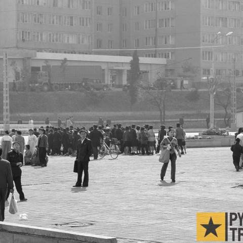 Straßenkreuzung mit Passanten in Pyongyang