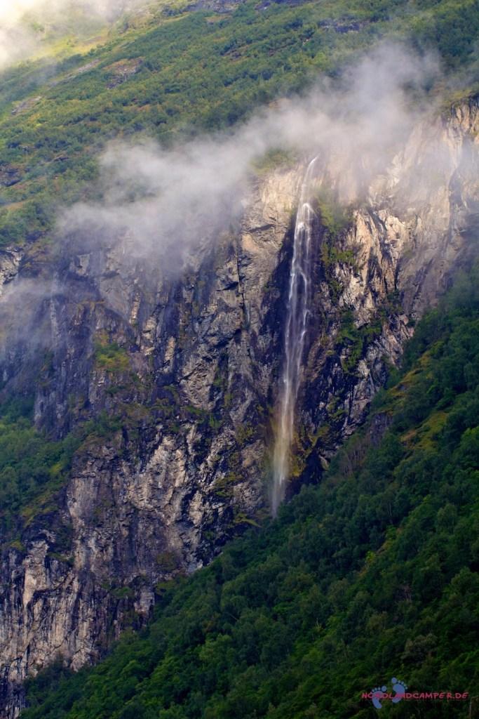 Nach dem Regen schwellen die Wasserfälle an