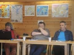 Her ser vi Jan Åge Biti i rød skjorte og skinnvest og bukse, ved siden av hansitter Trond-Einar Karlsen og så hadde Árja invitert en fra Bivdi på årsmøtet og det var nåværende leder (Torulf Olsen) i Bivdi som stile opp for å representere organisasjonen. Foto: Valerius