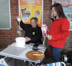 Når en skal ha stand så hører vaffler med og Árjas leder Nils Sverre Eriksen tok seg av den jobben siste lørdag i august i Karasjok mens Inger Eline hjelper til med melk til røra