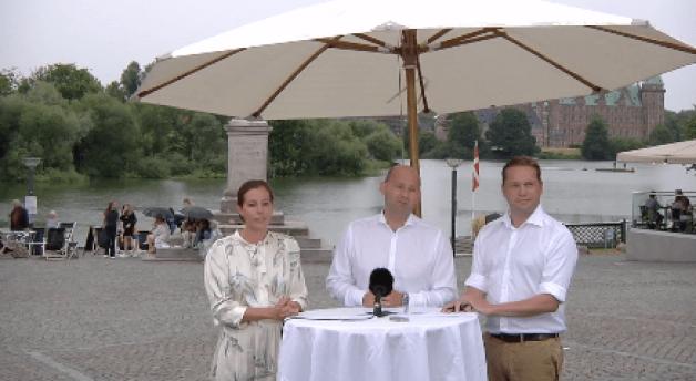 Den konservative leder Søren Pape Poulsen, flankeret af gruppeformand Mai Mercado og udlændingeordfører Marcus Knuth, foran Frederiksborg Slot i Hillerød. Foto fra Facebook-transmission.