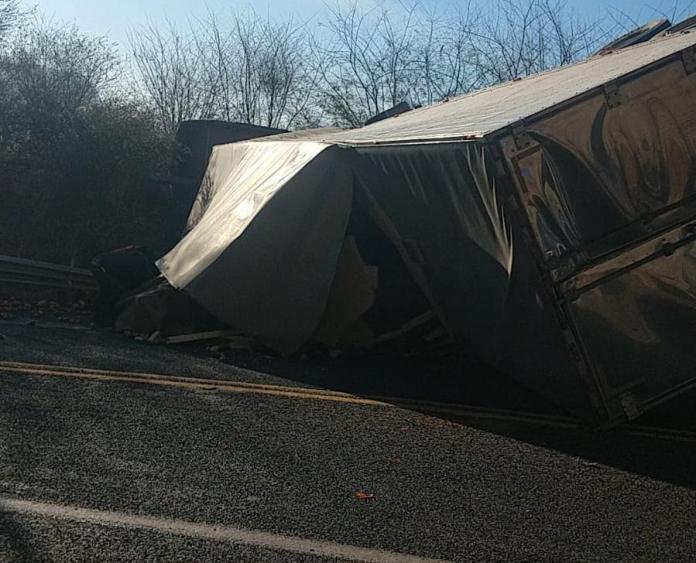 $! Tomato Loaded Trailer Dumps in Mazatlán-Durango;  driver dies