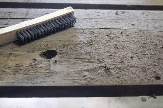 barnwood-wall-_-cleaning-wood