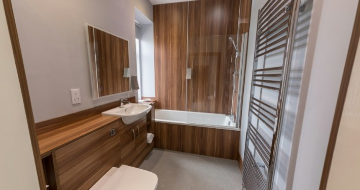 Ensuite facilities in premier room with bath