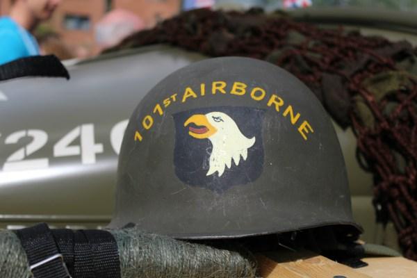 helm_101_airborne_optocht_bevrijdingsdag_drachten_2015_keep_them_rolling_70_jaar_bevrijding_friesland