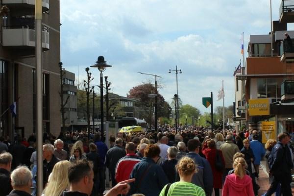 mensenmassa_optocht_bevrijdingsdag_drachten_2015_keep_them_rolling_70_jaar_bevrijding_friesland