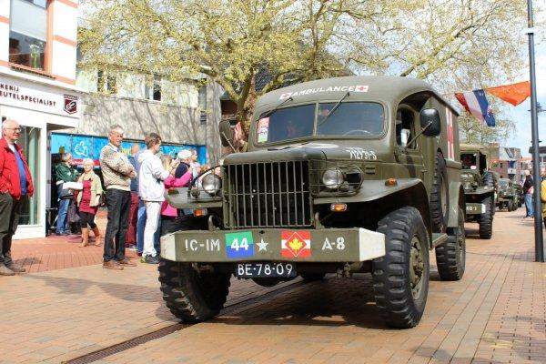 rsz_ambulance_optocht_bevrijdingsdag_drachten_2015_keep_them_rolling_70_jaar_bevrijding_friesland