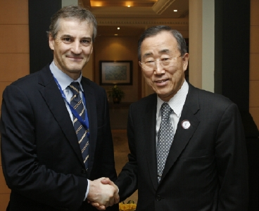 Secretary-General Ban Ki-moon (right) meets with Jonas Gahr Støre, Minister for Foreign Affairs of Norway, prior to the start of the Summit of the Heads of State and Government of the League of Arab States March 30, 2009. UN Photo/Evan Schneider.