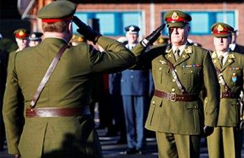 Lieutenant General Harald Sunde saluting the Norwegian Chief of Defence. Photo: Thomas Kjemperud