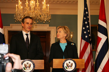 Foreign Minister Jonas Gahr Støre met with Secretary of State Hillary Rodham Clinton in March. Photo: UD