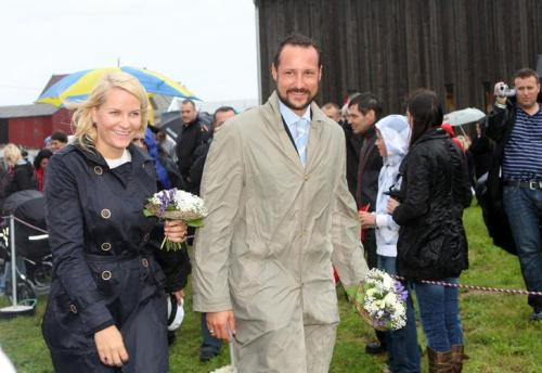 Crown Prince Haakon of Norway (R) and his wife Princess Mette-Marit of Norway (L) smile during the first day of their three-day tour through Rogaland region in Utsira, Norway, 01 September 2009. With its deep fjords, rugged mountains, clear lakes, lush farmland and small islands Rogaland is often called Norway in miniature. Photo: Albert Nieboer.