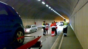 At 17.50 the tunnel opened to traffic, but there are still long lines in the area. Photo: Camilla Wernersen / NRK