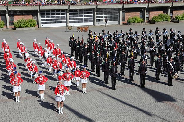 Photo: Kristin Hesla-Halvorsen Kolbotn-Garden performing with His Majesty's King's Guard in June 2013.