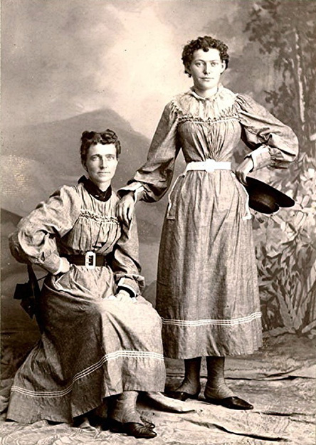 Photo: Wikimedia Commons Helga Estby (left) and her daughter Clara, 1897 in Minneapolis, after completing their walk.