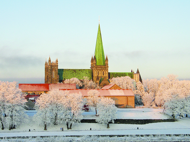 Photo: Morten Dreier / Wikimedia Commons  Nidaros Cathedral in the winter sun. This is your goal.