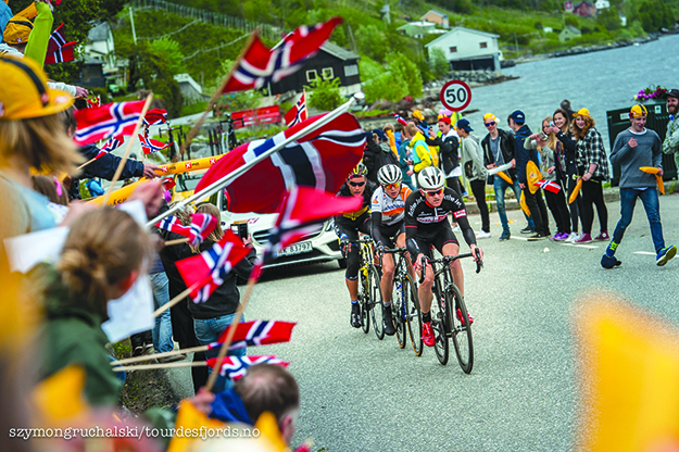 Photo: Szymongruchalski / Tourdesfjords.no Norwegians cheer for the cyclists as they race along Norway's coast.