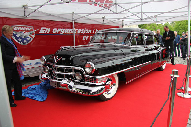Photo: Lars Dahlø / AMCAR The king's car after unveiling; Minister of Culture Thorhild Widvey stands at left in front of the car, with Minister of Transportation Ketil Solvik-Olsen at right behind car's left taillight.