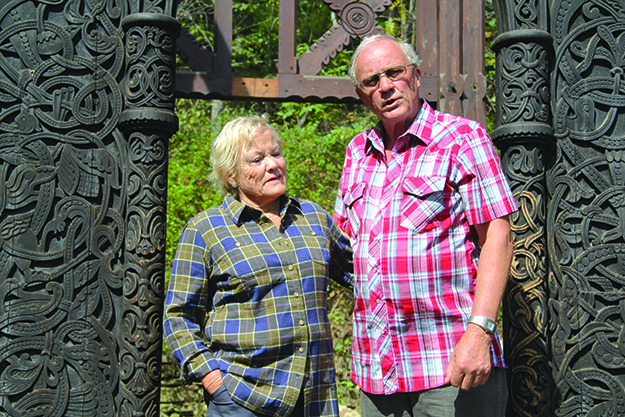 Photo: Arne Asphjell Sigrid Stenset and Olav Sigurd Kvaale are touched by the fact that they are now bringing their grandfather's woodcarvings back to Orkdal.