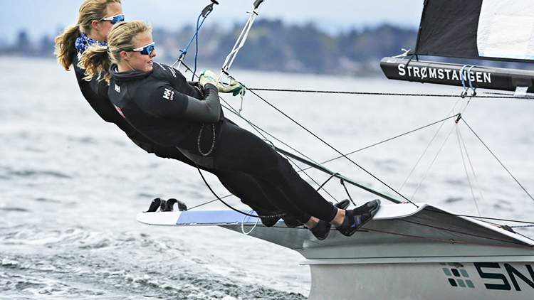 Photo: Ørn Borgen / Aftenposten Twin sisters Maia and Ragna have been sailing since they were eight years old. They say that being so close is both an advantage and a disadvantage.
