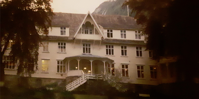 the exterior of Hotel Mundal