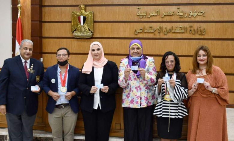 وزارة التضامن الاجتماعي تسلم بطاقة الرعاية الصحية لذوي الإعاقة لأبطال أصحاب الهمم