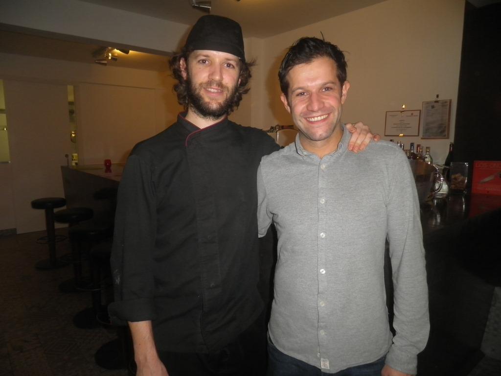 Los hermanos y propietarios Jorge y Nacho Gadea (cocina y sala)