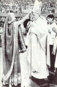 Juan Pablo Segundo siendo ungido con el rito pagano de Tilak