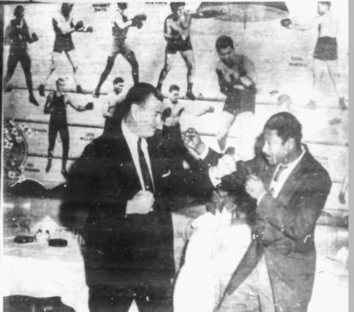 """El """"Benny"""" con el ex-campeón mundial de boxeo Jack Dempsey en New York, 1958"""