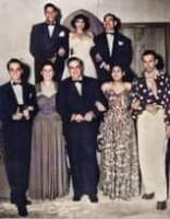 La imagen puede contener: 8 personas, personas de pie y traje