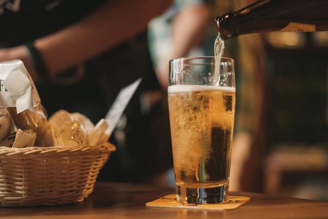 グラスに注いだお酒