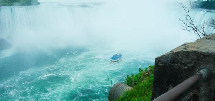 Barco llegando a la base de las cataratas en Niagara Falls