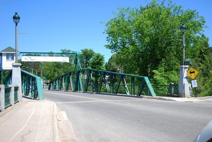 Puente en la entrada de la calle principal de Huntsville, Ontario, Canadá