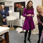 La duchessa di Cambridge sdogana il viola a teatro