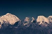 Die einzigen Wolken hängen am Sagarmatha (Nepali), Chomolungma (Tibetanisch) oder Mount Everest, 8.848 m