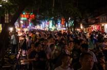 Touristenmassen auf dem Nachtmarkt