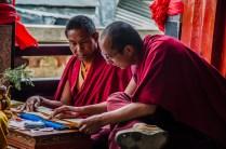 Mönche studieren im Kloster