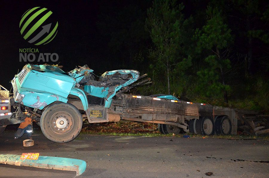 Caminhão carregado de maçã tomba e dois morrem em São José do Cerrito