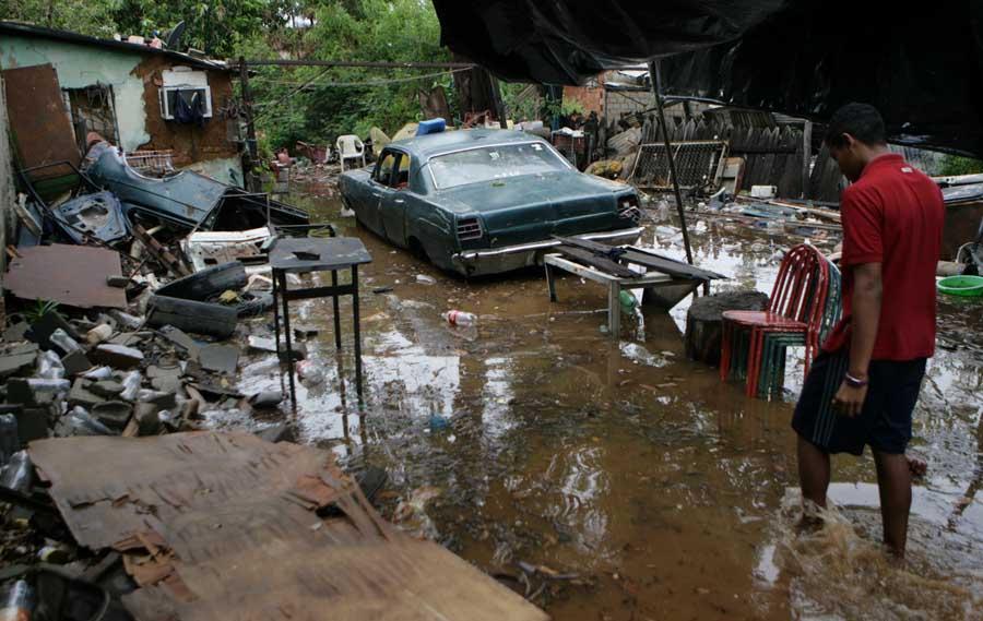 Maracaibo, Venezuela, 19/09/2015. Arboles caidos y varias zonas sin servicio electrico es la principal afectacion que reportaron los servicios de emergencia del Zulia tras el aguacero y vientos huracanados que azoto a varios municipios.  Pasadas las 3.00 de la madrugada, empezo a llover sobre varios municipios de la costa oriental y occidental del Lago de Maracaibo, precipitacion que estuvo acompanada por vientos huracanados e intensas descargas electricas. En la foto: Varios sectores de Milgaro Norte resultaron afectados por las lluvias.
