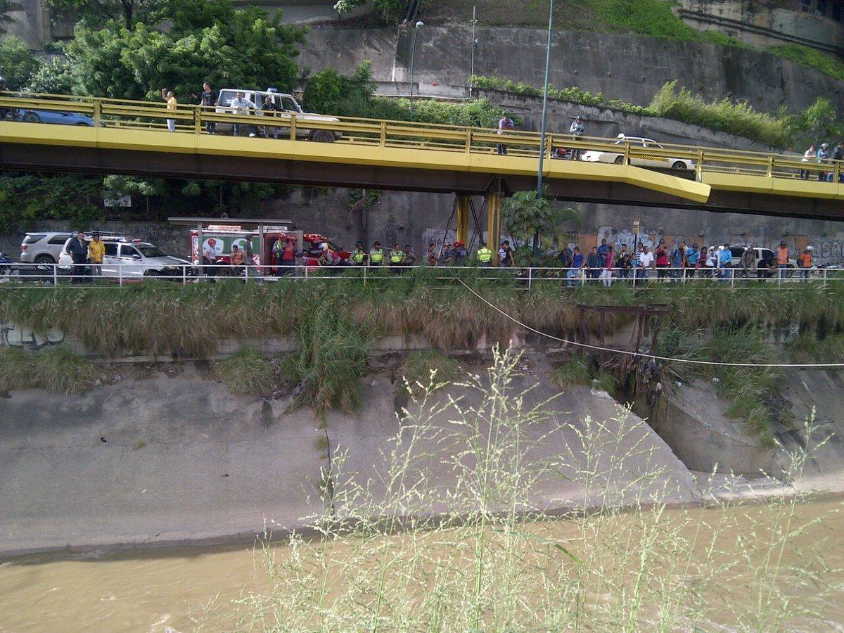 El cadáver que apareció en el río Guaire entre Las Mercedes y Bello Monte (Imágenes fuertes)