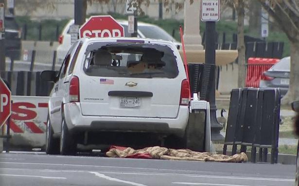 Vehículo choca contra barrera de seguridad en el perímetro de la Casa Blanca