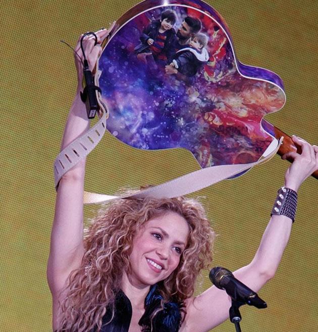 Shakira muestra guitarra con fotos de su familia
