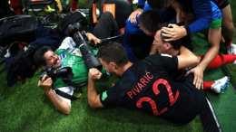 Yury Cortez fotógrafo de AFP terminó bajo la celebración de jugadores croatas