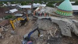 imagen de la mezquita de Jamiul Jamaah que colapsó y donde trabajadores de rescate y soldados buscan a las víctimas del terremoto en Pemenang, Lombok, Indonesia
