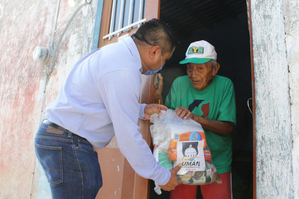 El alcalde de Umán continúa apoyando a quienes más lo necesitan