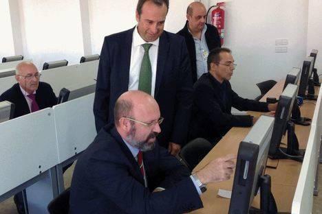 22 almerienses estrenan el nuevo modelo de examen teórico por ordenador para el permiso de conducción